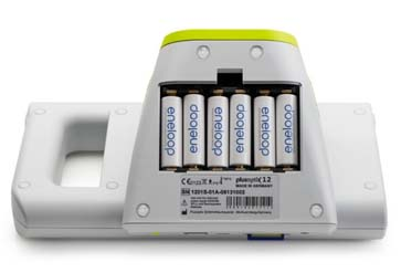 Для автономной работы приборы plusoptiX A12 используют питание от 6 стандартных аккумуляторных батарей АА